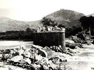 Estado del puente sobre el Ter después de su voladura.