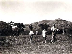 Joan Massot, junto a su hijo Matín en el campo.