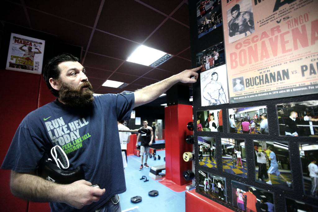 El exboxeador tiene decoradas las pareces de su gimnasio con carteles de los púgiles más míticos. / L. P. Durany
