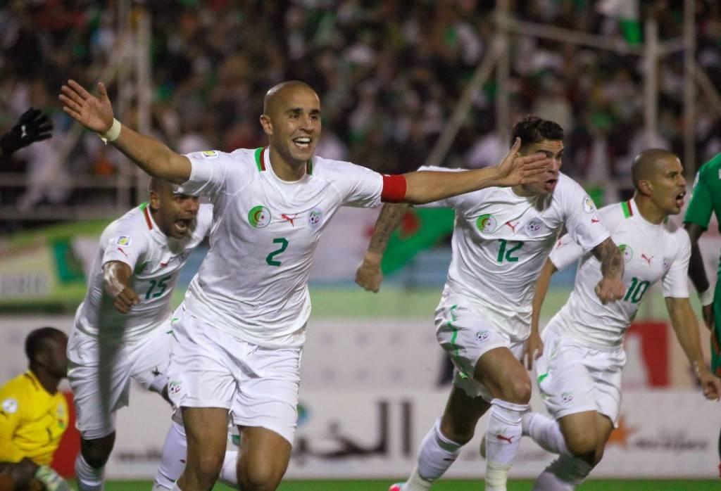 Los jugadores argelinos enarbolan la bandera del fútbol magrebí en este Mundial.