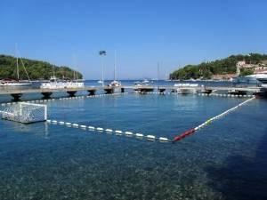 El puerto de Cavtat, en Croacia, cuenta con porterías de waterpolo permanentes