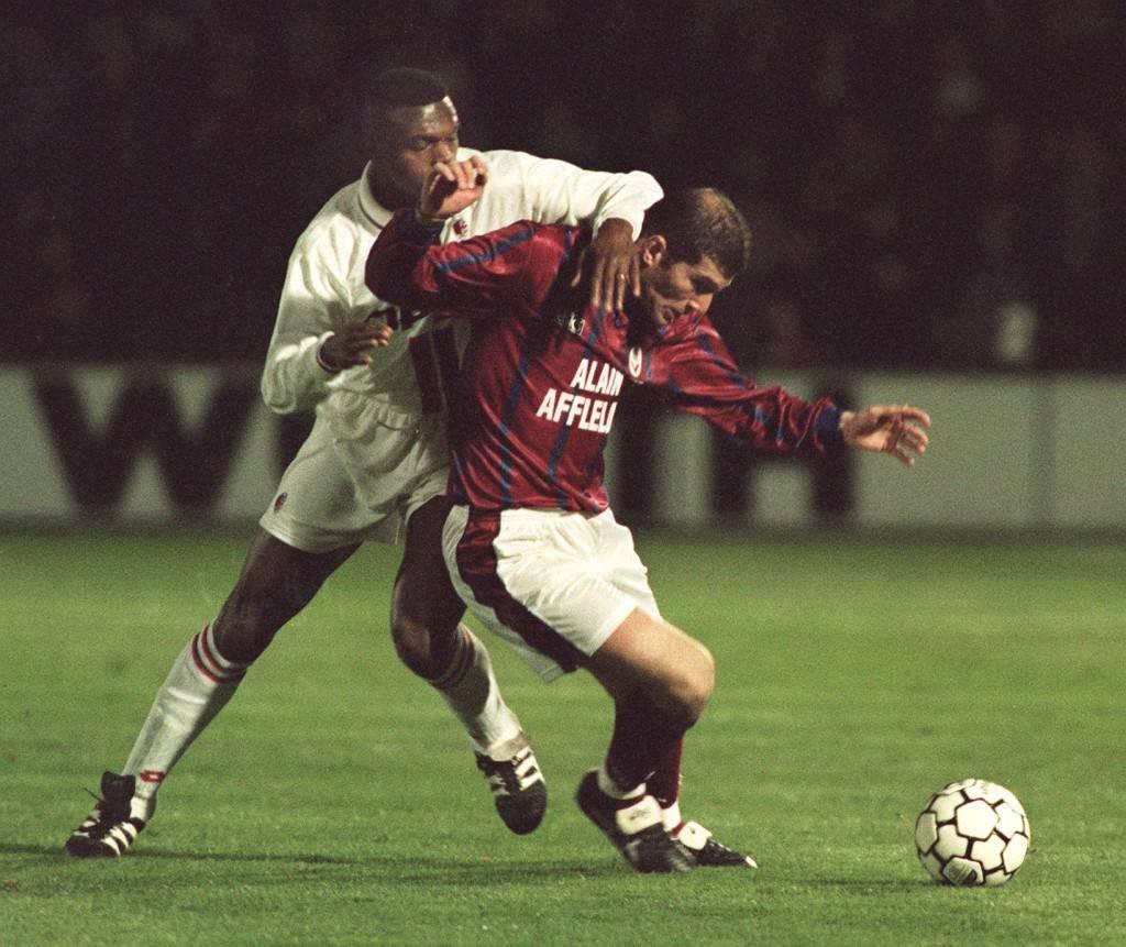 Lucha en el terreno de juego entre dos titanes: Desailly y Zidane.