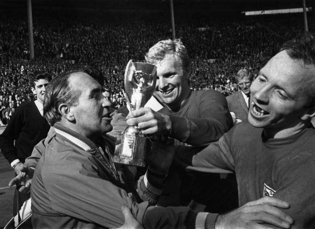 Junto a Mr. Ramsey y el capitán Bobby Moore, celebrando la Copa del Mundo.