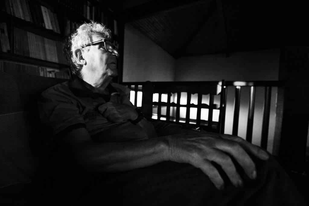 Arias vive alejado del centro de Río. La mitad de su casa es una gran biblioteca donde estudia, lee y escribe.
