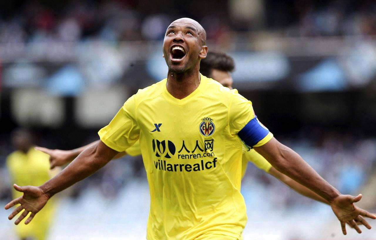 epa03192120 Villarreal's Marcos Senna celebrates after scoring against Real Sociedad team during the Spanish Primera Division soccer match, Real Sociedad vs Villarreal, at Anoeta Stadium in San Sebastian city, Basque Country, northern Spain, 22 April 2012. EPA/JAVIER ETXEZARRETA